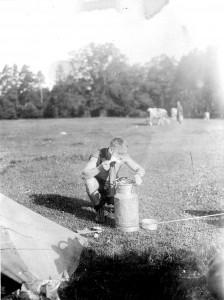 1932 Bayern-Lager Ernst Riffelmacher beim Rasieren