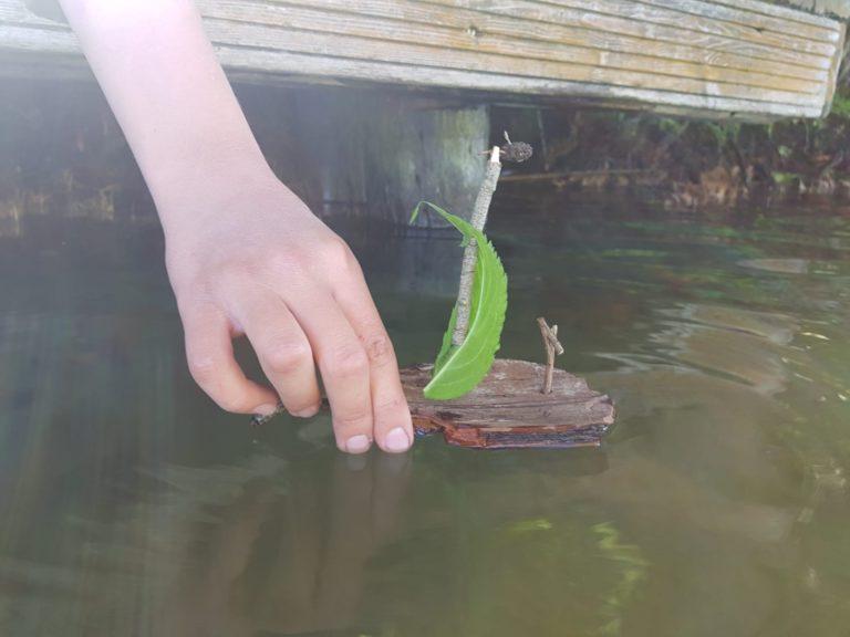 Boot aus Baumrinde Start vom Steg
