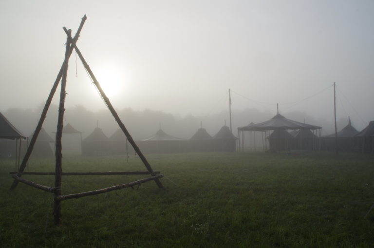 Lager im Nebel
