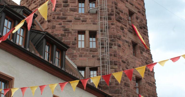 Burg Rieneck mit Fahnen